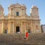 Ikzelf voor de kathedraal van Noto