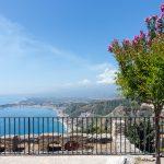 Uitzicht vanuit Taormina op zee