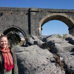 Anniek bij de Alcantara rivier bij de Romeinse brug