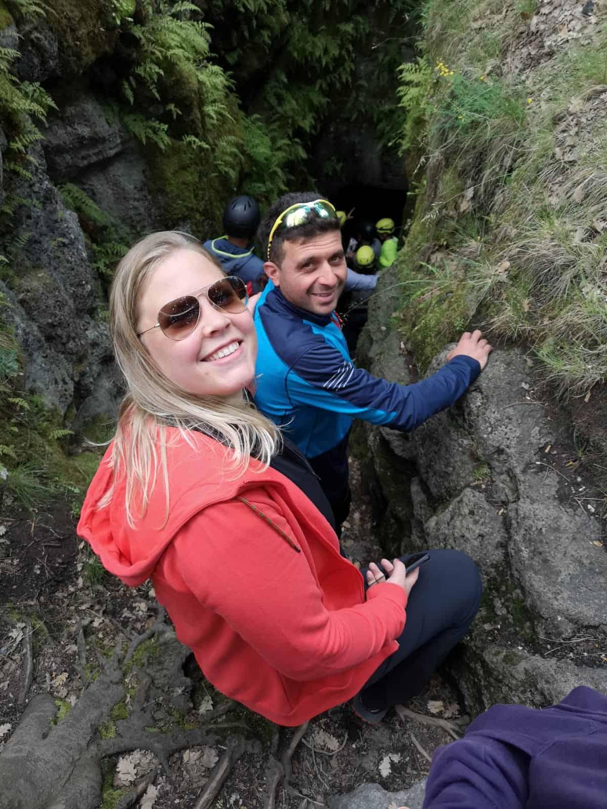 Anniek en Alessandro bij de ingang van de Grotta dei Ladroni