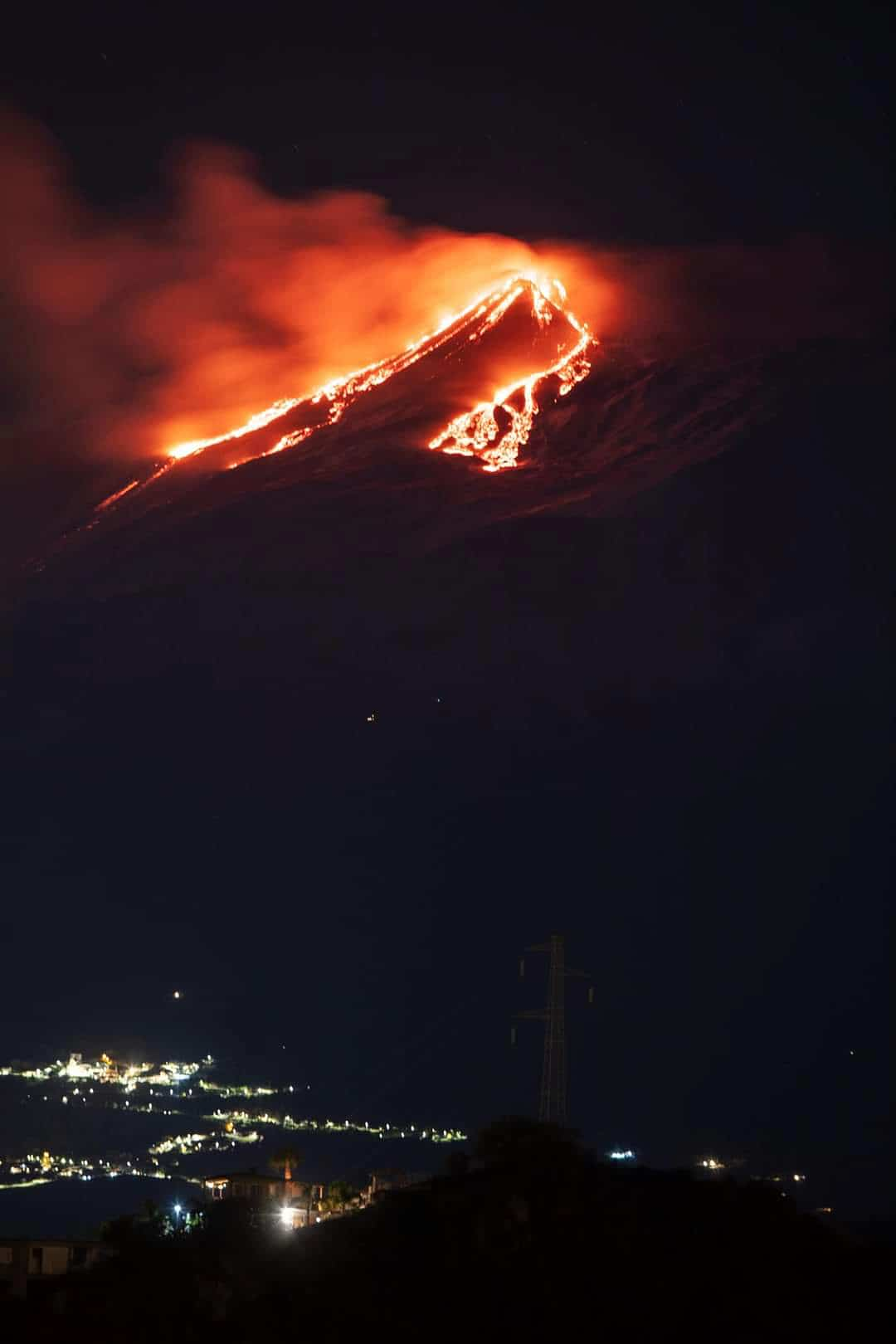 Uitbarsting Etna vulkaan vanaf Taormina