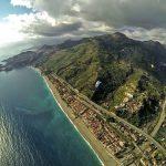 Uitzicht Taormina en zee tijdens paragliden op Sicilië