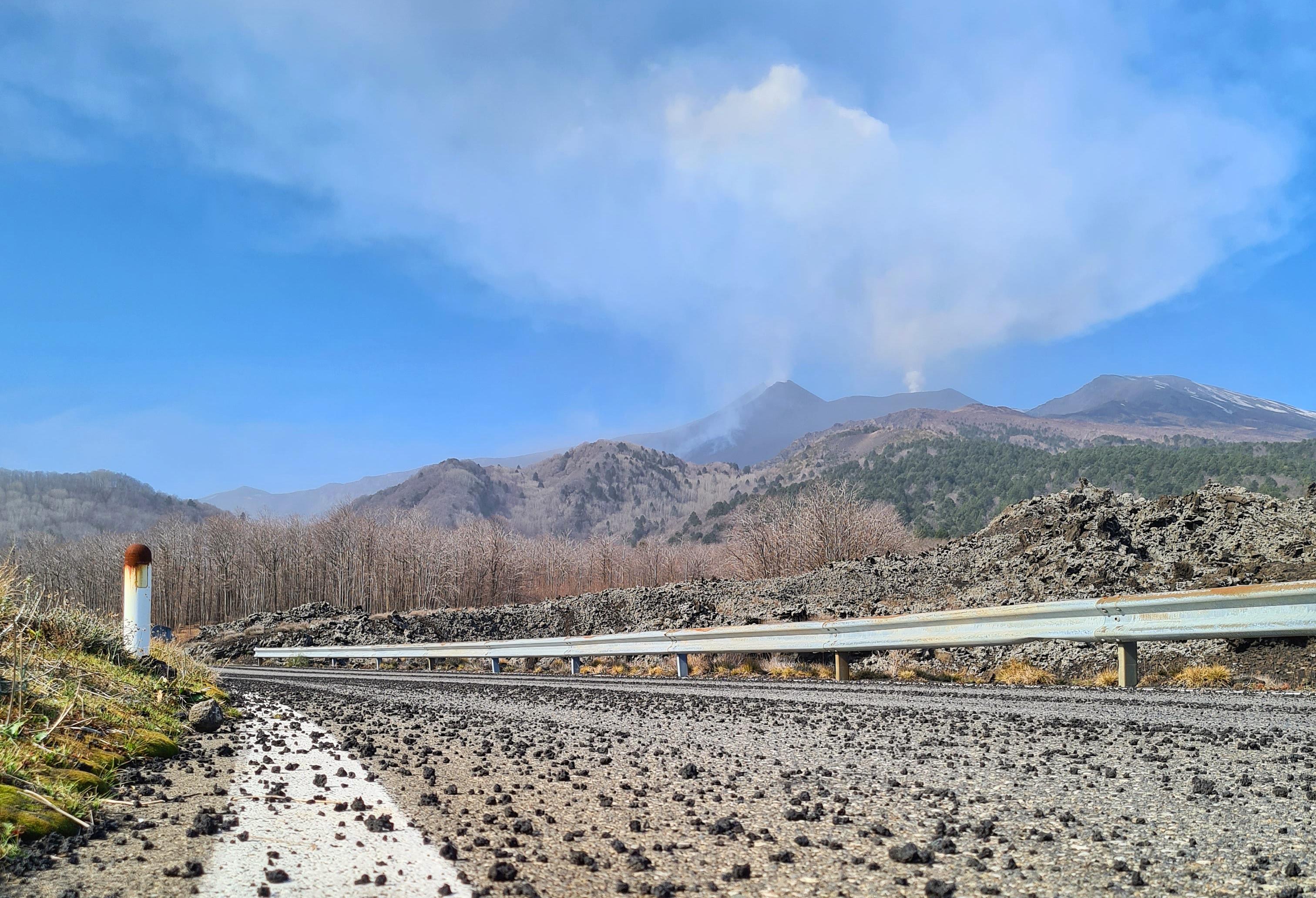 Lava stenen regen op het asfalt
